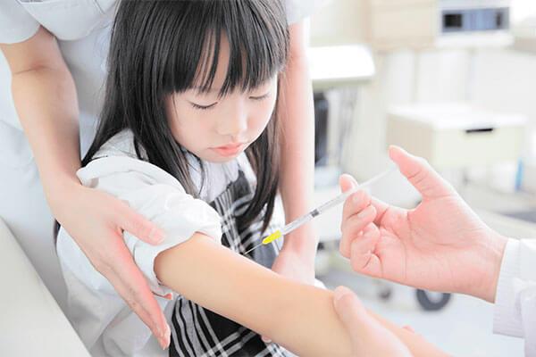 インフルエンザの予防接種を受ける小学生の女の子