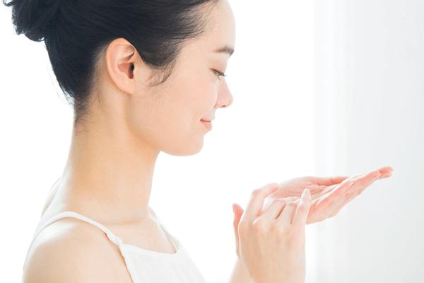 敏感肌対策のスキンケアをする女性