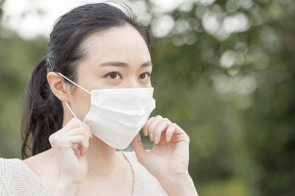 黄砂とPM2.5の予防にマスクをする女性
