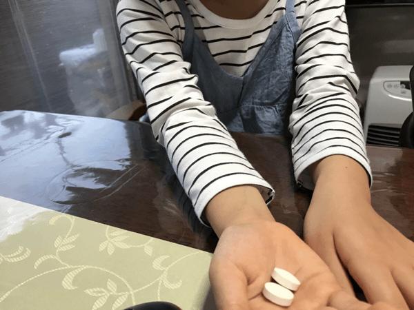 米のしずくのタブレットを飲む子供