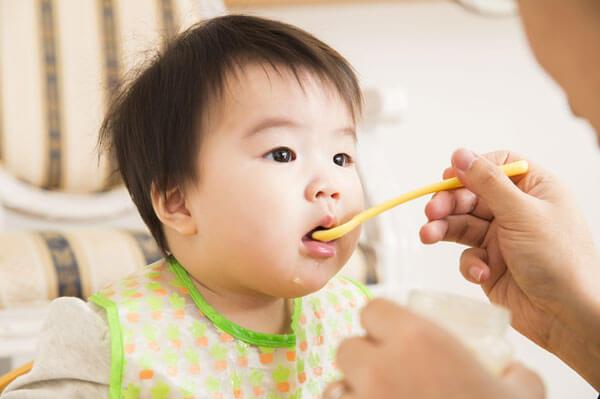 米のしずくを飲む赤ちゃん