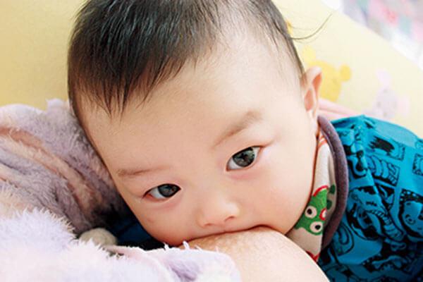 授乳中の乳児